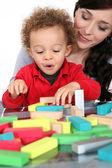 Mujer con el niño y bloques — Foto de Stock