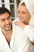 Par kopplar ihop efter en dusch — Stockfoto