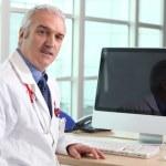 arts op zijn Bureau — Stockfoto
