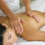 Женщина, имеющая сеанс массажа в спа-центре — Стоковое фото