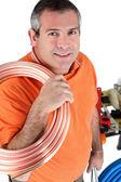 Trabajadores con el tubo de rollo de hombro — Foto de Stock
