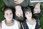 Teenageři na trávě — Stock fotografie