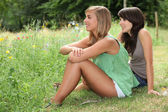 Girls sitting in a field — Photo
