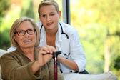 ηλικιωμένη γυναίκα με μια νοσοκόμα — Φωτογραφία Αρχείου