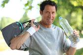 50 jaar oude mens drinken mens nadat hij sport — Stockfoto