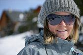 Retrato de una mujer joven en la estación de esquí — Foto de Stock