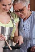 Madre e hija cocinando juntos — Foto de Stock