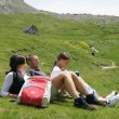 Parents and daughter taking a break from hiking — Stock Photo