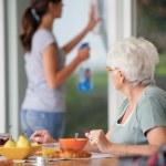 starszy kobieta o śniadanie z domu opieki w tle — Zdjęcie stockowe
