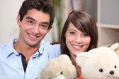 Casal de adolescentes com ursinhos de pelúcia — Foto Stock