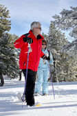 Old couple skiing together — Stock Photo