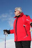 Starší muž lyžař — Stock fotografie