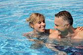 Man och kvinna i en pool — Stockfoto
