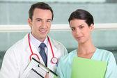 Médecin et infirmière posant — Photo