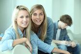 Две блондинка подростков, улыбаясь в камеру — Стоковое фото