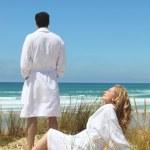 Couple enjoying seaside break — Stock Photo