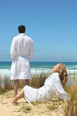 Couple enjoying seaside break — Stock Photo