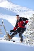 Veselý muž, lyžování — Stock fotografie