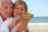Casal comendo um cacho de uvas — Foto Stock