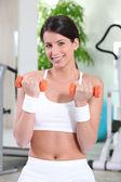 Mujer de levantamiento de pesas en el gimnasio — Foto de Stock