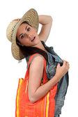 žena na sobě pytel slaměný klobouk — Stock fotografie