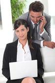 Casal de negócios trabalhando no lobby — Fotografia Stock