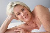 Gepensioneerde vrouw in de spa — Stockfoto