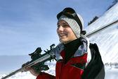 Retrato de um homem sorridente no resort de esqui — Foto Stock