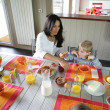 Family eating breakfast together — Stockfoto