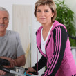 Married couple working out in a gym — Stock Photo