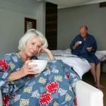 Coppia senior fare colazione in una camera d'albergo — Foto Stock