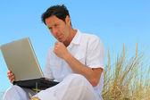 Homem trabalhando na praia. — Fotografia Stock