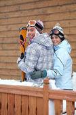 Ungt par skidåkare — Stockfoto