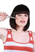 молодая женщина, обрезки ее челка — Стоковое фото
