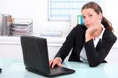 Geschäftsfrau gelangweilt am arbeitsplatz — Stockfoto
