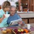 Older couple reading — Stockfoto