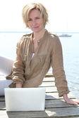 γυναίκα για φορητό υπολογιστή από τη θάλασσα — Φωτογραφία Αρχείου
