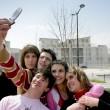 Nastolatki biorąc sobie zdjęcie z telefonu komórkowego — Zdjęcie stockowe