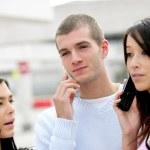 trzech nastolatków korzystania z ich telefonów komórkowych — Zdjęcie stockowe