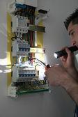 町人の回路ブレーカーの修正 — ストック写真