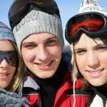 trzy nastolatki na wakacje na nartach — Zdjęcie stockowe