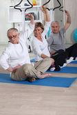 Senior gruppen gör fitness inomhus — Stockfoto