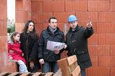 Pár mají svůj nový domov inspekci inženýr — Stock fotografie