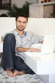 Man working on his laptop — Stockfoto