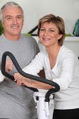 Mężczyzna i kobieta robi orbitrek — Zdjęcie stockowe