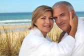 A cute middle age couple at the beach. — Stock Photo
