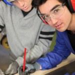 leerling markering een stuk hout — Stockfoto