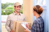Kurier dostarcza paczkę — Zdjęcie stockowe