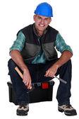 Travail assis sur la boîte à outils — Photo