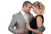 Par dricka champagne i studio — Stockfoto